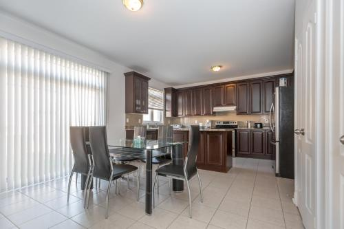 Luxurious Holiday Home - Brampton, ON L6Y 0T7