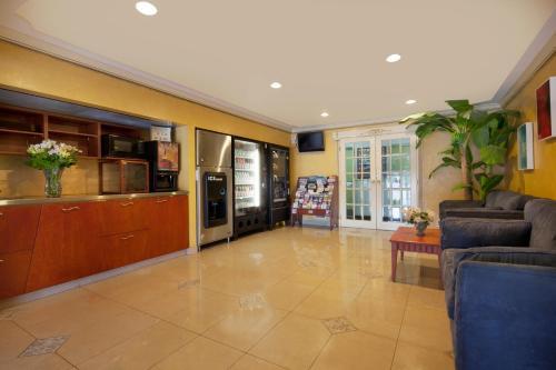 Canadas Best Value Inn - Richmond Hill, ON L4E 1A6