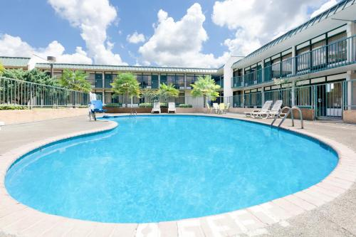 Days Inn By Wyndham Mccomb Ms - McComb, MS 39648