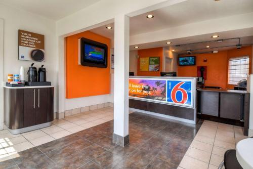 Motel 6 Escondido Photo