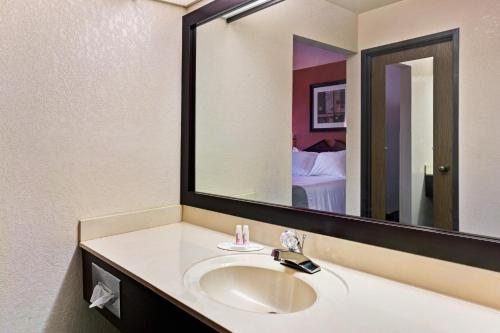 Baymont Inn and Suites Harrodsburg Photo