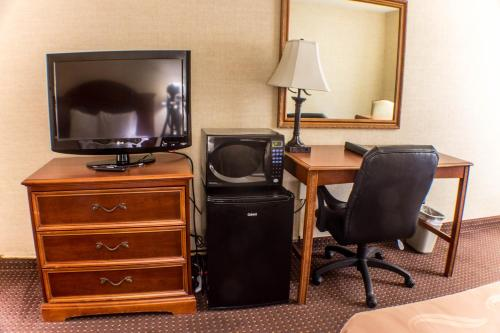 Quality Inn & Suites Conference Center Erie Photo