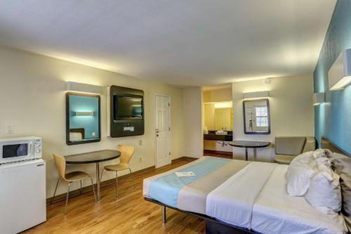 Motel 6 Dickson Hotel