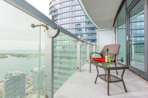 Noel Suites - York And Simcoe St. - Toronto, ON M5J 0B1