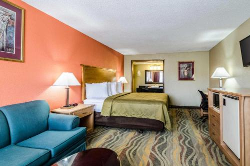 Econo Lodge Inn & Suites Salina Photo