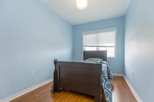 Sun-filled 4 Bedroom Home - Mississauga, ON L5R 0B4
