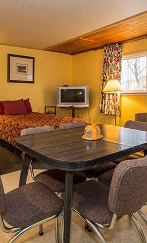 Highland Court Motel - Huntsville, ON P1H 1Y1