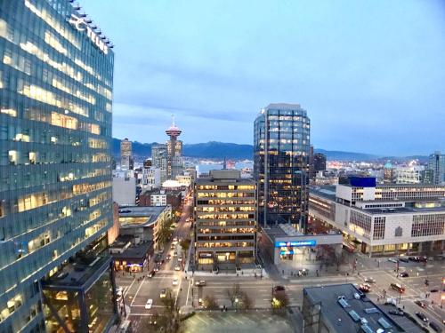 Stylish 1 Bed And 2 Bath Downtown Vancouver - Vancouver, BC V6B 0C7