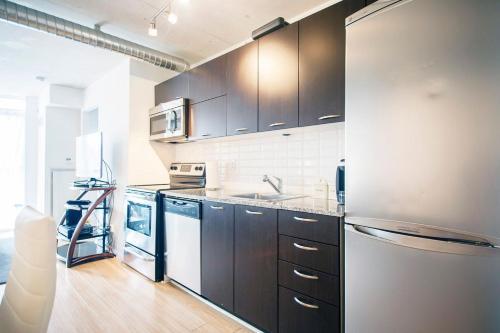 Lavish Suites - Two Bedroom Loft - Toronto, ON M6J 0A9