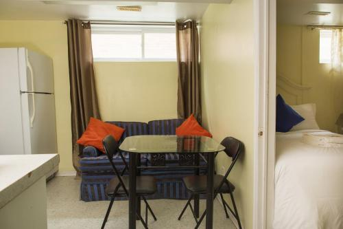 Charlton Suites Guest House - North York, ON M2M 1C1