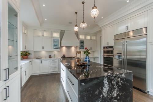 Luxurious 5 Bedroom Home - Richmond Hill, ON L4C 6R8