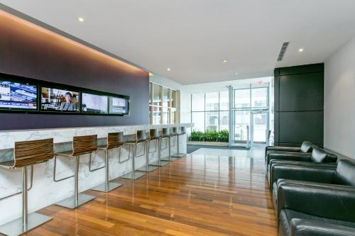 Executive Suite Downtown Toronto - Toronto, ON M5V 3Z5