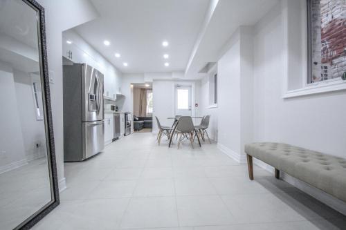 Bloor Apartment - Toronto, ON M6G 1K4