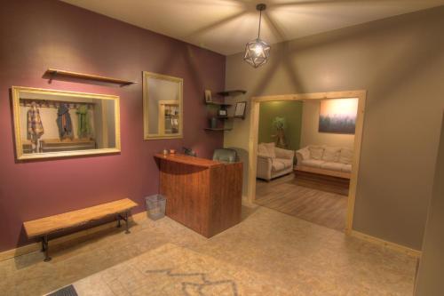 Journey's Perch Guesthouse - Revelstoke, BC V0E 2S1