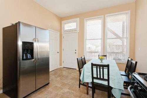 3-bedroom Apartment One Block From Wrigley Field!