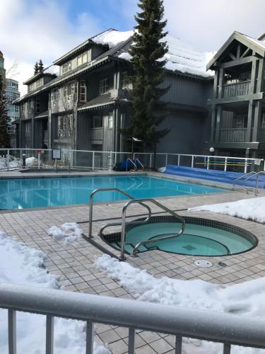 1 Cozy Hotel Room At Glacier Lodge - Whistler, BC V0N 1B4