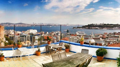 **CENTRAL* 2BR, Terrace and Cozy Flat With Sea View, Istanbul