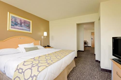 Baymont Inn & Suites Lawrenceburg Photo