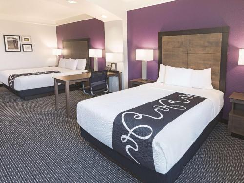 La Quinta Inn & Suites Arlington North Six Flags Drive Photo