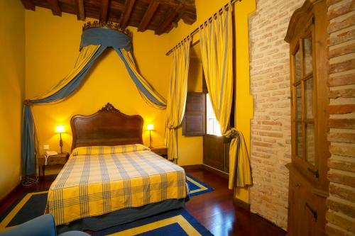 Double or Twin Room with Extra Bed Hotel Real Monasterio de San Zoilo 4