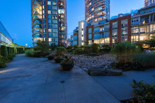 Modern 1 Bed With Patio & Park Views - Vancouver, BC V6B 6L4