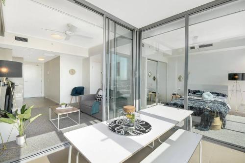 Designer Apartment + Close to CBD + Airport