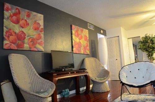Riverside Condominium - Steps From The Ocean #383