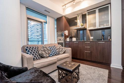 Aaira Suites York St 11 - Toronto, ON M5J 0B1