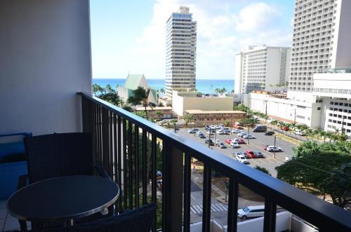 Waikiki Banyan 910 Photo