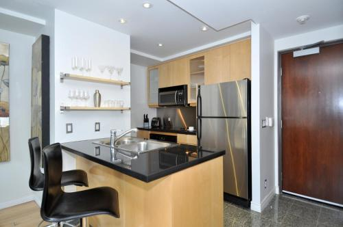 Yonge Suites Furnished Apartments - Toronto, ON M5B 1M4