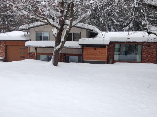 Revelstoke Winterhouse - Revelstoke, BC V0E 2S3