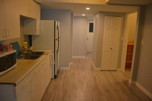 Nice Cozy Home In Surrey Bc. - Surrey, BC V3R 5X8