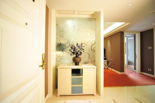 Wealthy All Suite Hotel Suzhou photo 25