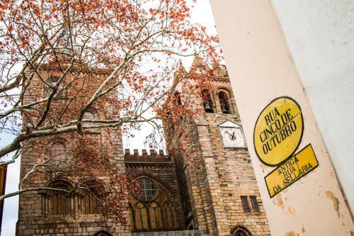 Rua 5 de Outubro, 47-49, 7000-854 Évora, Portugal.