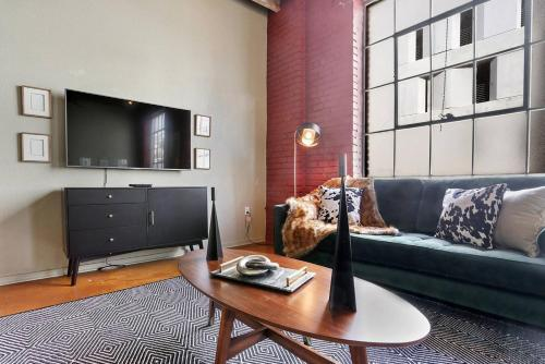 Three-bedroom Three-bath Industrial Apt In Nola C.b.d.
