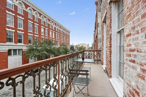 One-bedroom One-bath Exposed-brick Apt In Dt Nola