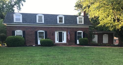 Executive House In Quiet Neighborhood