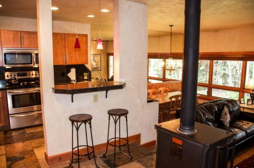 East Vail Mountain Vacation Condo - Vail, CO 81657