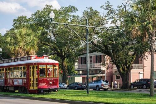 Super Host! Sleeps 8! Midcity Local Trolley $1.25 - New Orleans, LA 70119