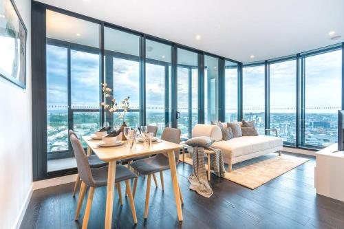 Exquisite Level 23 Apartment w Infinity pool