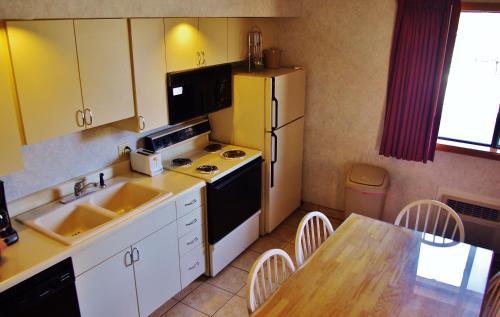 Glenwood Springs Cedar Lodge - Glenwood Springs, CO 81601
