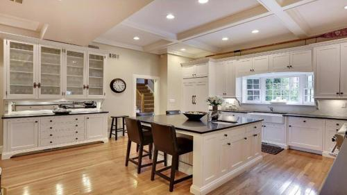 Luxury Georgian Four Bedroom Mansion - Minneapolis, MN 55404