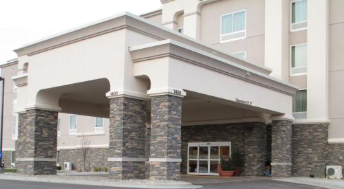 Hampton Inn & Suites Minot - Minot, ND 58703