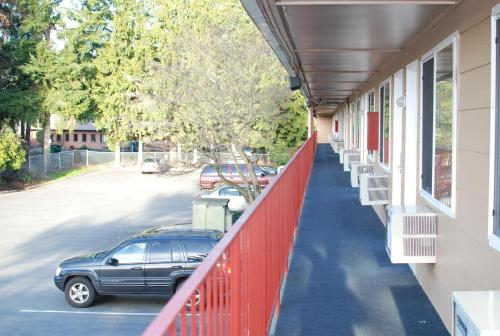 Smokey Point Motor Inn Photo