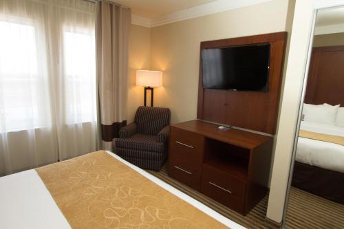 Comfort Suites Visalia Photo