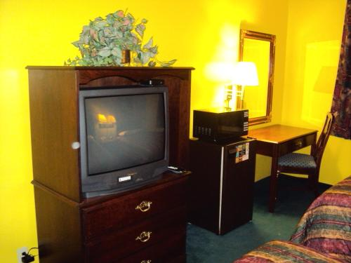 Country Hearth Inns And Suites Bowling Green - Bowling Green, KY 42101
