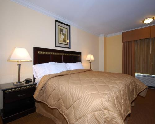 Quality Inn & Suites Bell Gardens Photo