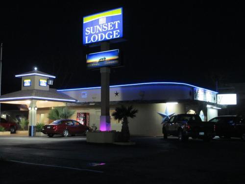 Sunset Lodge of Elgin Photo