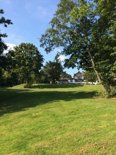 Barnet Lane, Elstree, Borehamwood, Hertfordshire, England, United Kingdom, WD6 3RE.