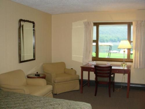 Red Carpet Inn On The Lake Photo